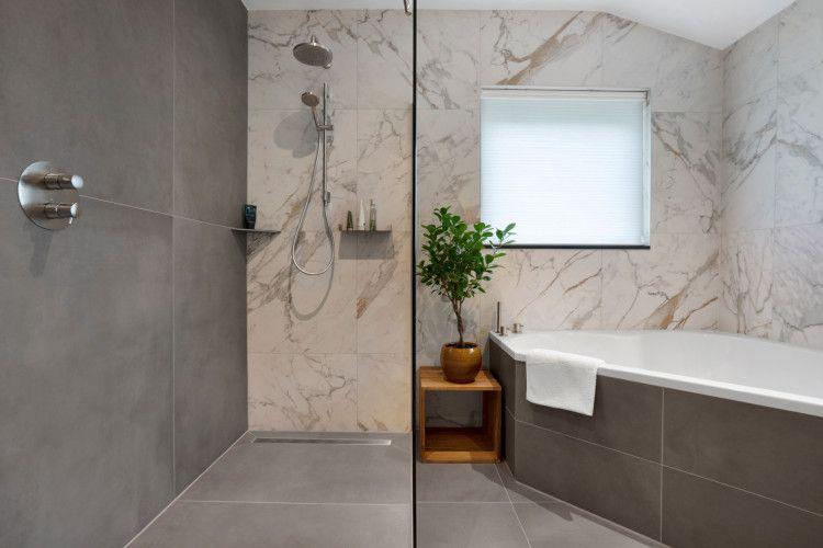 75 x 150 cm grootformaat tegels in uni Graphite en vtwonen Classic marmerlook - op vloer & wand - Ruime badkamer