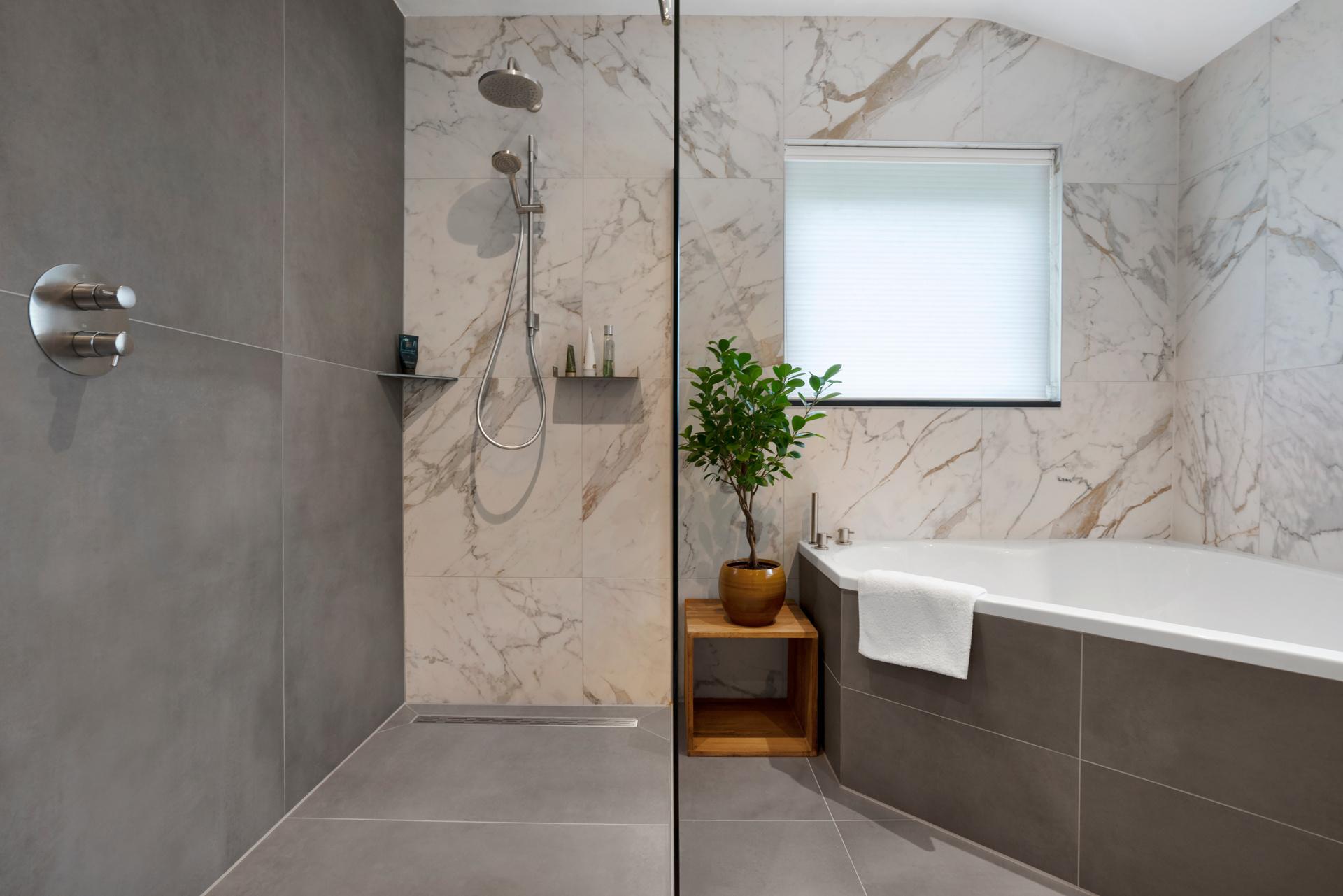 75 X 150 Cm Grootformaat Tegels In Uni Graphite Vtwonen Classic Marmerlook Op Vloer Wand Ruime Badkamer Projecten Altach Vloer Wand