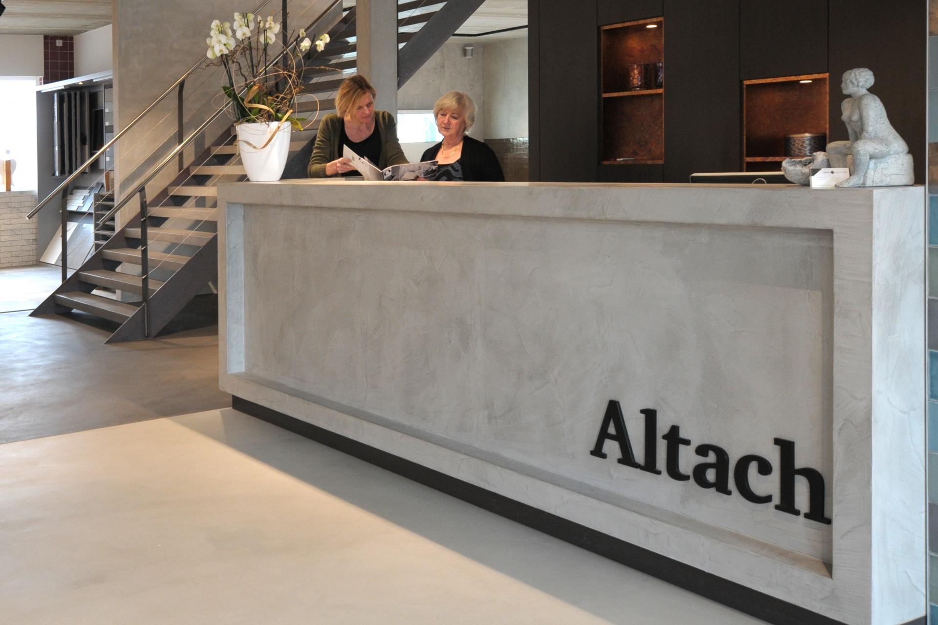 Altach vloer & wand showroom gietvloeren tegels woonbeton entree receptie balie stijlbeton maatwerk handwerk karakter  meubel maat vloertegel wandtegel vt wonen piet boon tegelwerk  vakmensen Pandomo